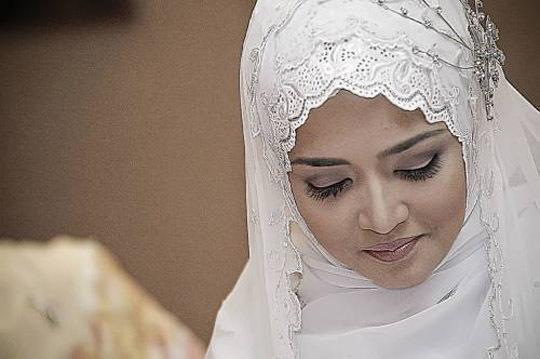 Свадебное платье с элементами арабского стиля предполагает отсутствие декольте, различных вырезов и удлиненный силуэт платья